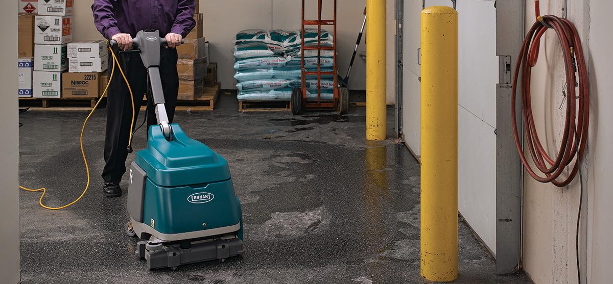 Macchina lavasciuga pavimenti tennant t12 con operatore a - Lavasciuga piccole dimensioni ...