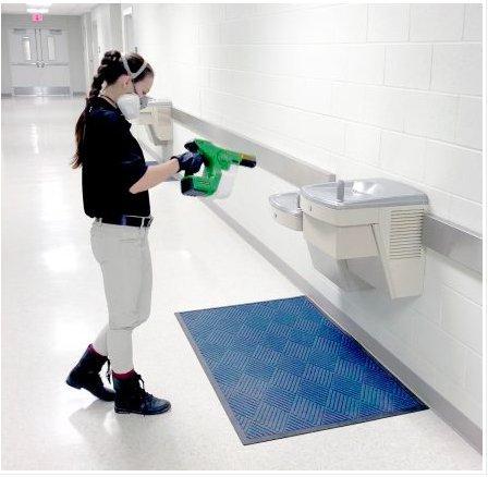 operatore atomizza la soluzione disinfettante in sanità