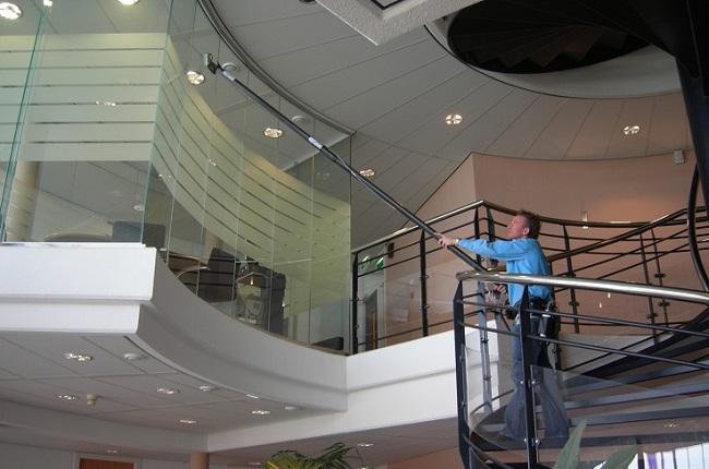 Con Indoor Clean Pole di Baudoin lavi i vetri posizionati nei posti più difficili